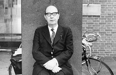 phillip larkin marxism Analysis philip larkin's poem, money, stands in sharp contrast from other modernist poems larkin employs a loosely formal style with rhyming couplets and a somewhat consistent rhythmic meter, whereas many modernist poets employed a style that attempted to make poetry new.